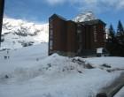 1 sciare vicino a casa - skiing near the building (800x600)