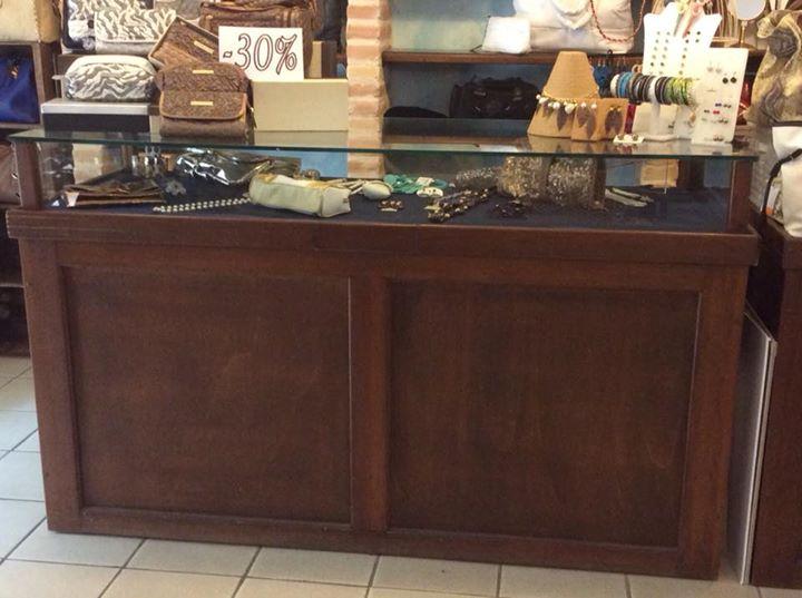 Bancone In Legno Per Negozio : Bancone per negozio in legno con piano espositivo in vetro