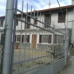 Casa indipendente ai 4 lati composta di 5 stanze 2...