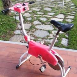 Vendo cyclette da donna in ottimo stato a €30 ideale...
